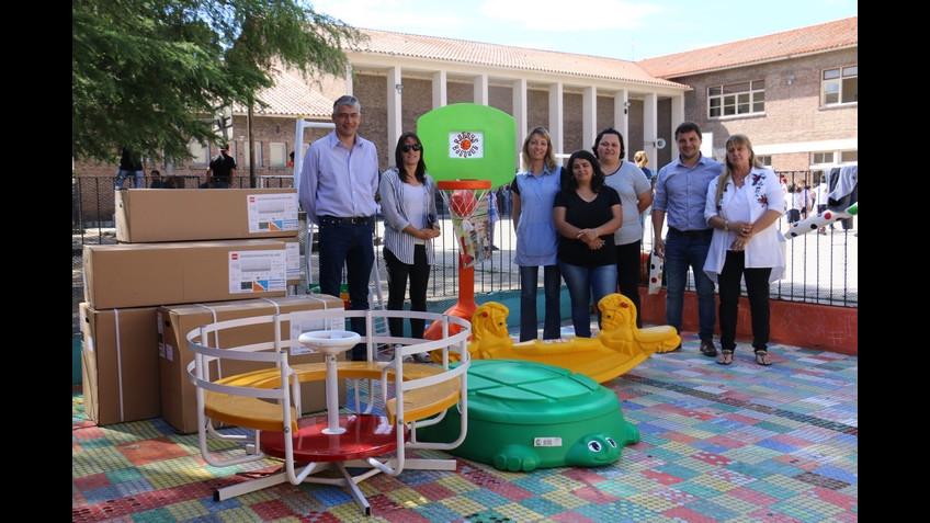 El Municipio entregó juegos para los niños del Jardín de Infantes Nº ...